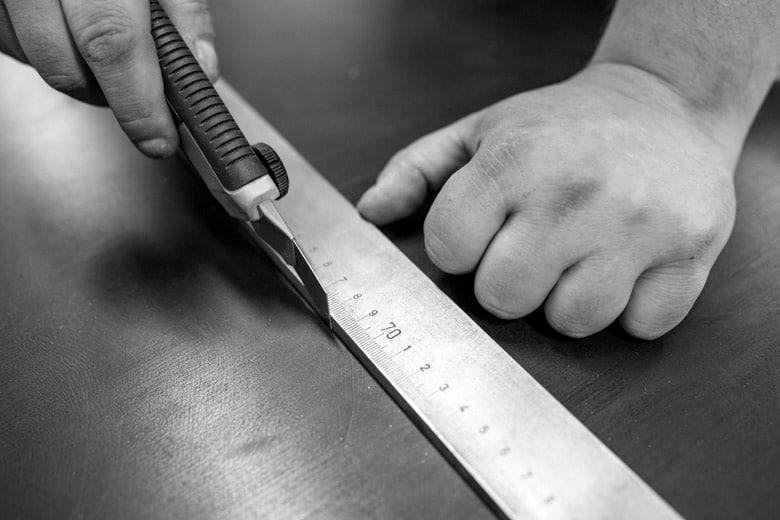 Deutsch: Abbildung zeigt die Herstellung eines Dichtungszuschnitts. English: Picture displays the cutting of a technical seal.