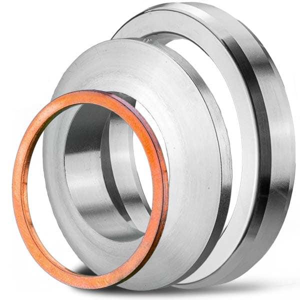 Deutsch: Abbildung: zeigt einen Metalldichtring aus Kupfer, eine Linsendichtung und eine oktogonale Ring-Joint-Dichtungen. Diese Metall-Dichtungen sind geeignet für hohe Temperaturen und hohe Drücke.